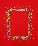 Kolorowa koralik ramy przestrzeń dla fotografii lub teksta na czerwieni Zdjęcie Stock