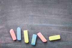 Kolorowa kreda na blackboard tle fotografia royalty free