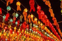 Kolorowa lampa i lampion w Loi Krathong Wat Phra Który Haripunc zdjęcia stock