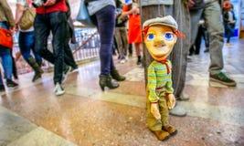 Kolorowa mężczyzna marionetka przy miejscem publicznym Obraz Stock