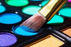 Kolorowa makeup paleta z makeup muśnięciem Fotografia Royalty Free