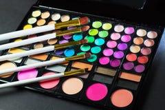 Kolorowa makeup paleta z makeup muśnięciem Zdjęcia Royalty Free