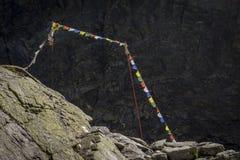 Kolorowa modlitwa zaznacza na tle skały obraz royalty free