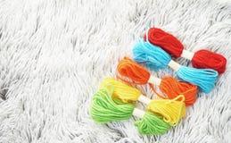 Kolorowa wełna na wygodnym dywanie Zdjęcie Stock