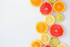 Kolorowa owoc strony granica cytrusów plasterki, odgórny widok nad białym tłem obrazy stock