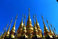 Kolorowa pagoda i niebieskie niebo Zdjęcie Stock