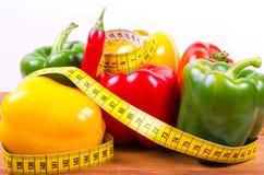Kolorowa papryka i pomiarowa taśma, diety pojęcie Zdjęcie Royalty Free