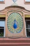 Kolorowa pawia rzeźba ozdabia historycznego budynek Fotografia Royalty Free