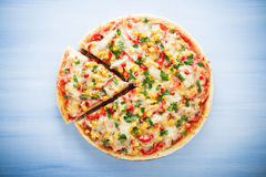 Kolorowa pokrojona pizza z mozzarella serem, kurczakiem, słodką kukurudzą, słodkim pieprzem i pietruszka odgórnym widokiem, Obrazy Royalty Free