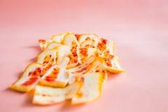 Kolorowa pomarańczowa skórka na różowym tle zdjęcia royalty free