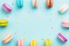 Kolorowa rama od tortowego macaron lub macaroon na nowym pastelowym tle od above Francuscy ciastka na deserowym odgórnym widoku Zdjęcia Stock
