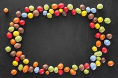Kolorowa rama robić cukierek na ciemnym kamiennym tle Zdjęcie Stock
