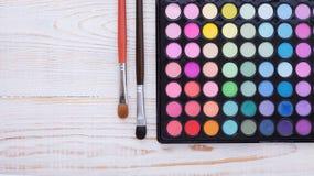 Kolorowa rama z różnorodnymi makeup produktami Zdjęcia Stock