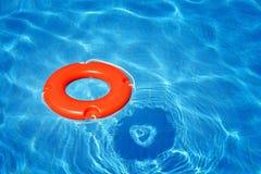 Kolorowa ratownik tubka unosi się w basenie zdjęcia royalty free