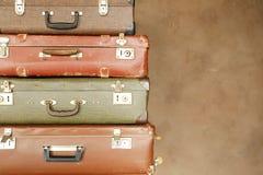 Kolorowa retro walizka na beżowym tle Zdjęcia Stock