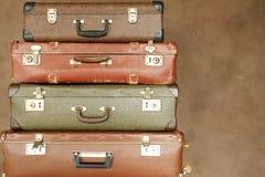 Kolorowa retro walizka na beżowym tle Fotografia Royalty Free