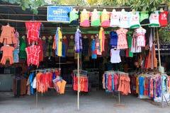 Kolorowa Rodzima koszula i koszulki sprzedający na ulicie robimy zakupy w Yangon Obrazy Royalty Free