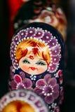 Kolorowa Rosyjska Gniazdować lala Matreshka Przy rynkiem Obraz Stock