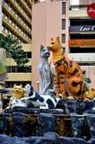 Kolorowa rzeźby statua wiele koty reprezentuje Kuching Sarawak Wschodni Malezja zdjęcia stock