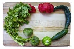 Kolorowa salsa rama - Tnąca deska z, dobierający pieprze i gorący i słodcy układaliśmy wokoło stron i zdjęcia royalty free