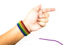 Kolorowa sfera magnesu bransoletka w kobiety ręce nad biały b Zdjęcie Stock