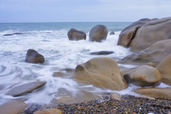 Kolorowa skalista plaża Fotografia Stock