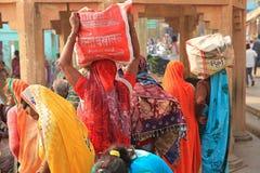 Kolorowa suknia Żeńskie dewotki Na Hinduskiej pielgrzymce, India Obrazy Royalty Free