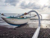 Kolorowa tradycyjna balijczyk łódź rybacka dzwonił jukung na obraz stock