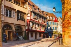 Kolorowa tradycyjna połówka cembrował domy z Bożenarodzeniowymi dekoracjami Colmar Francja Fotografia Royalty Free