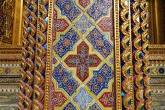 Kolorowa tradycyjna Tajlandzka stylowa mozaiki sztuka przy Watem Rajabopit   Obrazy Royalty Free