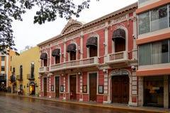 Kolorowa ulica w Merida po deszczowego dnia, Jukatan, Meksyk obrazy stock