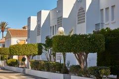 Kolorowa ulica z białymi domami zdjęcia royalty free