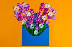Kolorowa wiosna kwitnie w kopercie, kwiat dostawie i miłości pojęciu, Obrazy Stock