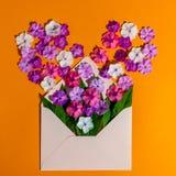 Kolorowa wiosna kwitnie w kopercie, kwiat dostawie i miłości pojęciu, Zdjęcia Royalty Free