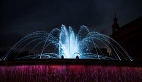 Kolorowa wodna fontanna przy noc? obrazy stock