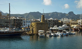 Kolorowe łodzie i starzy budynki na porcie obraz royalty free