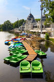 Kolorowe łodzie na jeziorze w Varosliget miasta jawnym parku, Budapest, Węgry Zdjęcie Royalty Free