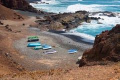 Kolorowe łodzie na plaży w Lanzarote, wyspy kanaryjska, Hiszpania zdjęcie stock