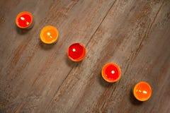 Kolorowe świeczki na drewnianych deskach zdjęcia royalty free