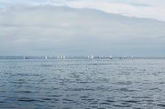 Kolorowe żeglowanie łodzie na morzu komunalne jeden Moscow panoramiczny widok gdy tło błękitny był łódkowate łodzie mogą target18 Obrazy Royalty Free