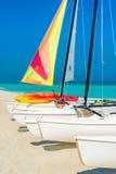 Kolorowe żeglowanie łodzie na tropikalnej kubańskiej plaży Obrazy Stock