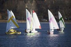 Kolorowe żaglówki i Boston linia horyzontu w zimie na Charles rzece, Massachusetts, usa Obrazy Stock