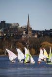 Kolorowe żaglówki i Boston linia horyzontu w zimie na Charles rzece, Massachusetts, usa Zdjęcia Royalty Free