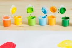 Kolorowe akrylowe farby na drewnianym stole Dziecka ` s sztuka Zdjęcie Royalty Free
