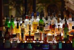 Kolorowe butelki różni napoje w barze przy Jeziornym Buena Vista terenem obrazy royalty free