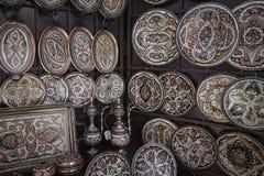 Kolorowe ceramiczne pamiątki dla sprzedaży na ulicie w Starym miasteczku Mo Zdjęcia Royalty Free