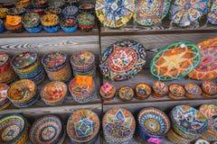 Kolorowe ceramiczne pamiątki dla sprzedaży na ulicie w Starym miasteczku Mo Obraz Stock