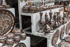 Kolorowe ceramiczne pamiątki dla sprzedaży na ulicie w Starym miasteczku Mo Obraz Royalty Free