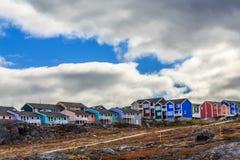 Kolorowe chałupy w przedmieściu Nuuk miasto Zdjęcie Royalty Free