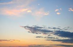 Kolorowe chmury w niebie przy zmierzchem zdjęcia royalty free